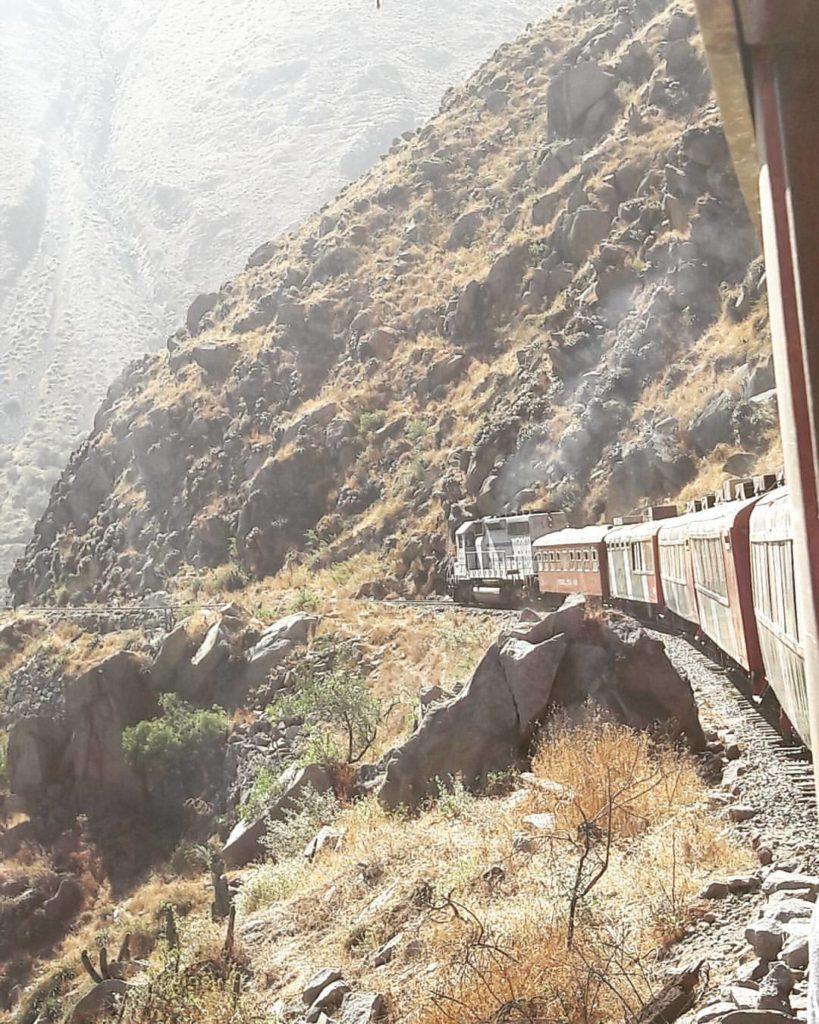 Tren atravesando las montañas