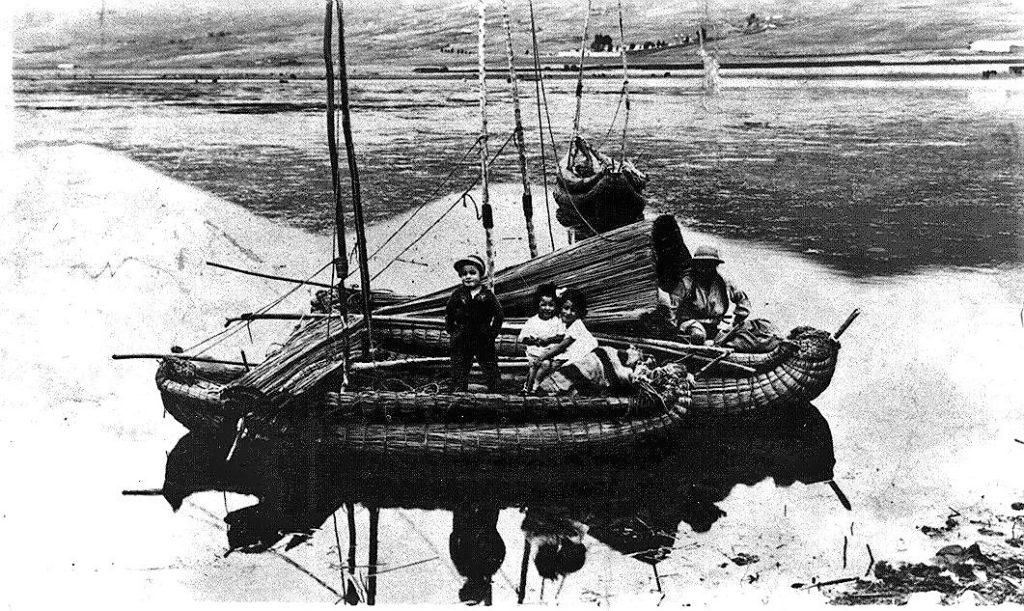 Balsa en la expedición al lago Titicaca