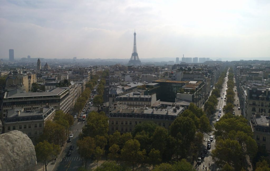 Vista de la torre Eiffel desde la terraza del arco del triunfo