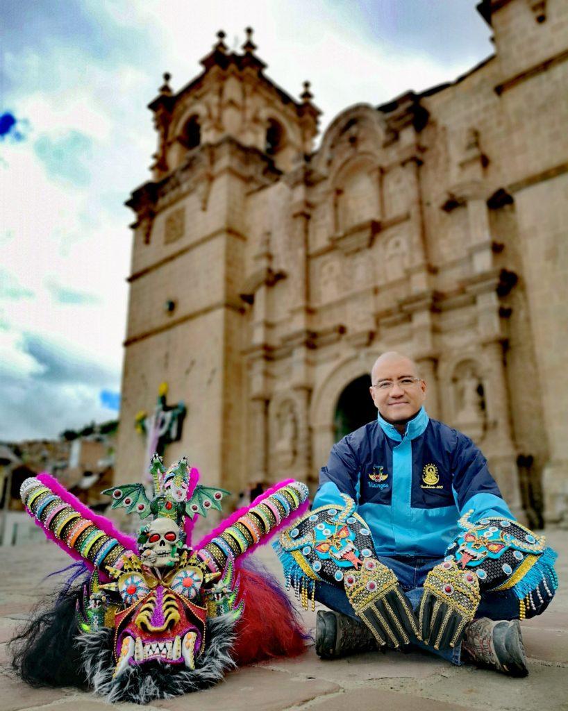 Carlos Yeraldo y máscara de la diablada