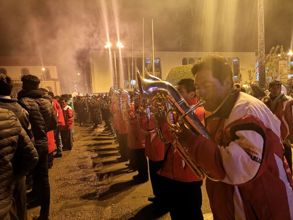 Recepción de bandas en la plaza de armas