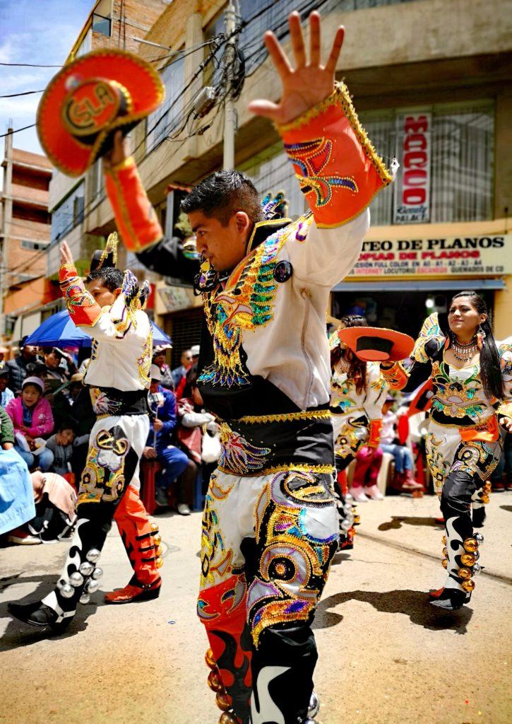 Fiesta de la Candelaria: caporales en la parada de la veneración