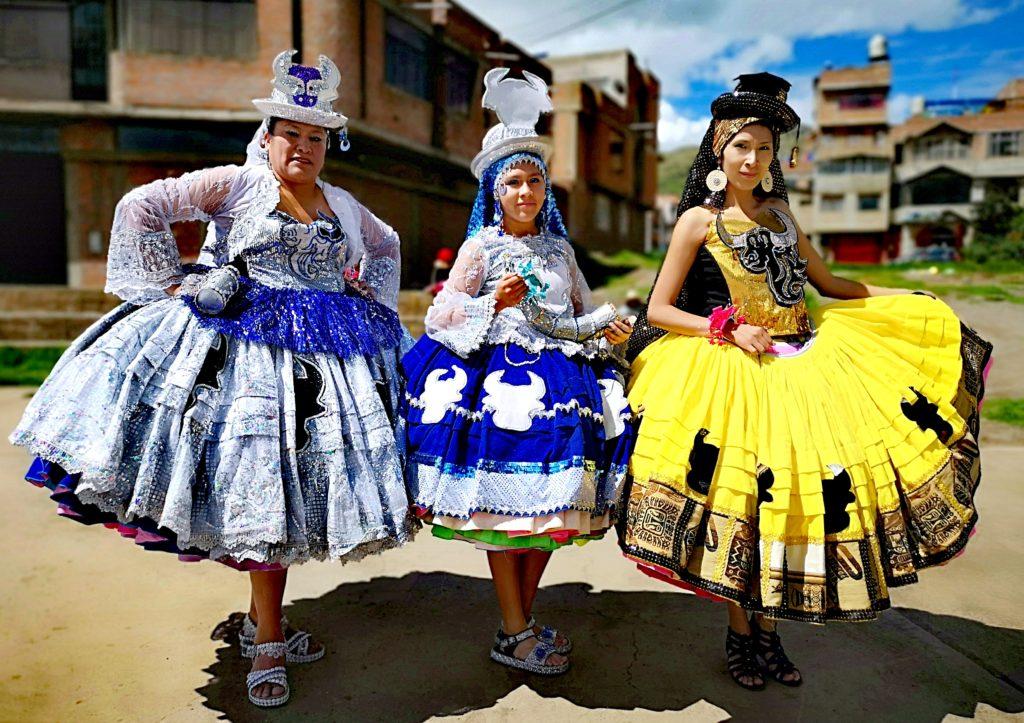 Las chicas de la familia Cruz con los trajes de wacas