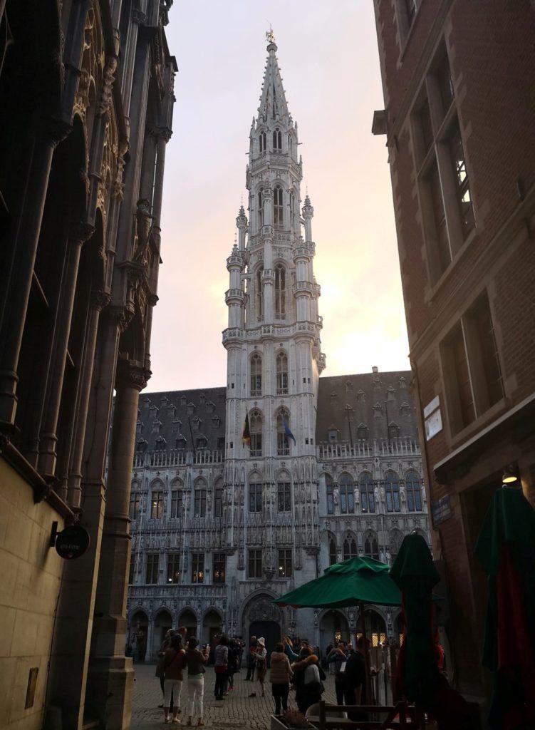Qué hacer y ver en Bruselas: Vista de uno de los edificios de la Grand Place